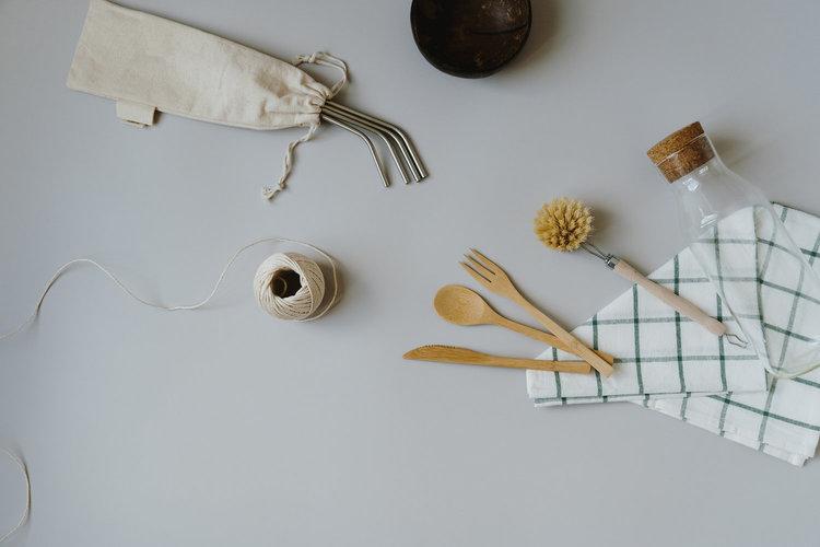 Afwasborstel, touw, bamboebestek en theedoek