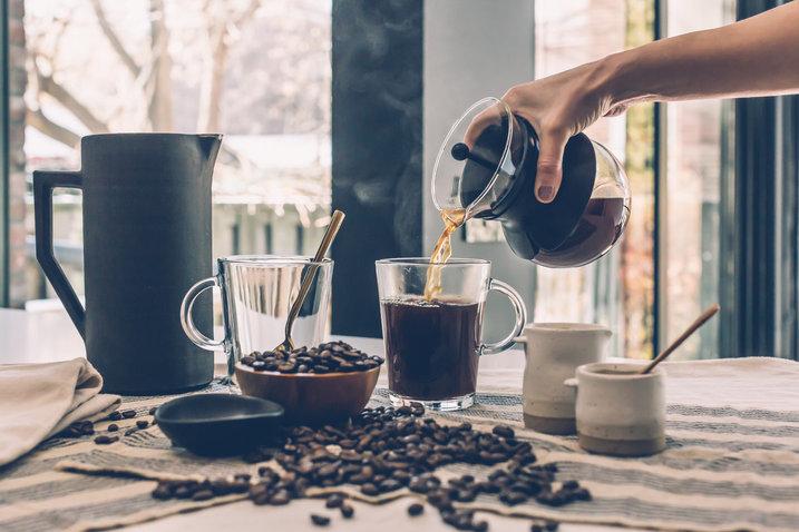 Verse gezette koffie en koffiebonen op tafel