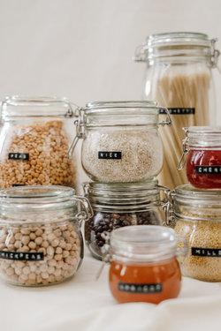 glazen jars met droog eten en kruiden
