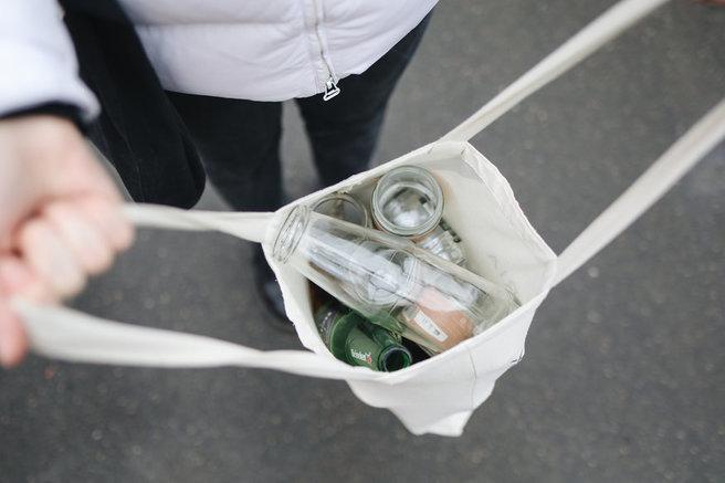 glazen flessen in een stoffen tas