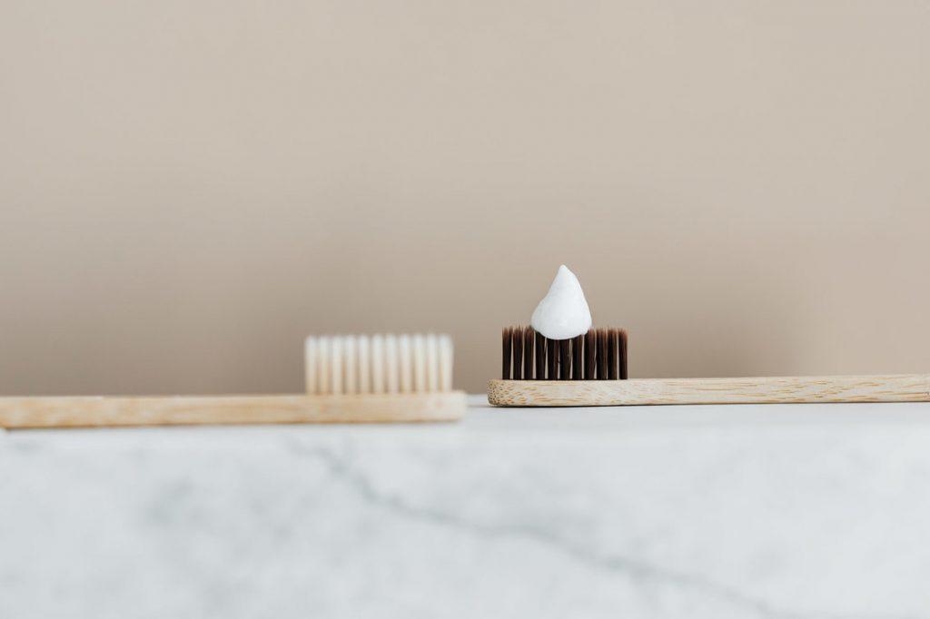 tandenborstels met tandpasta