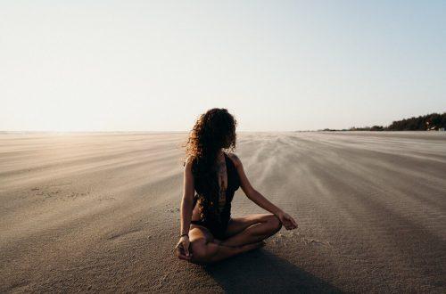 Vrouw op strand mediteren