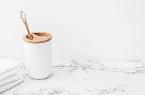 tandenborstel en handdoeken op marmeren ondergrond