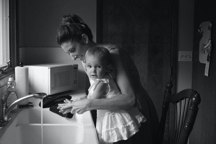 Moeder wast handen van kindje