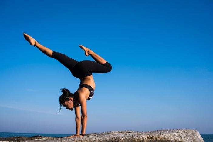 Yoga pose op berg