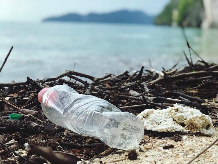 Plastic fles aangespoeld