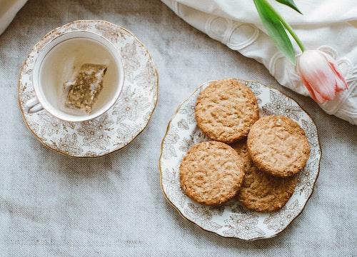 koekjes op een bordje en thee